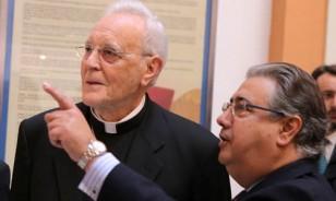 El cardenal Carlos Amigo Vallejo visita junto al alcalde de Sevilla su exposición.