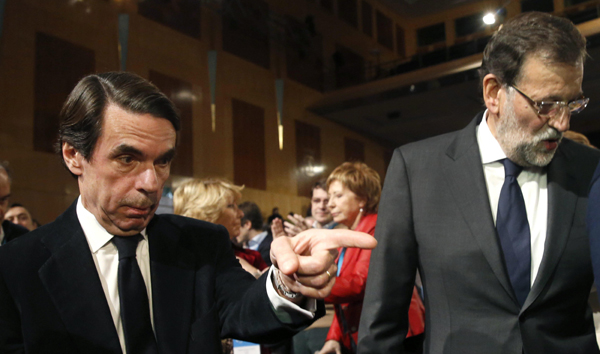 El presidente del Gobierno, Mariano Rajoy (d), junto al presidente de honor del PP, José María Aznar. / EFE