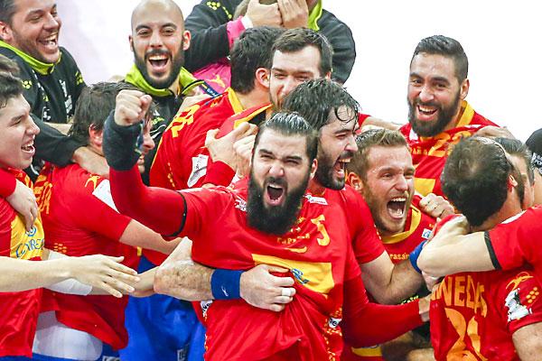 Los jugadores de la selección selebran el triunfo. / EFE