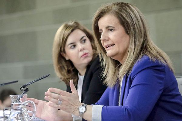 La vicepresidenta del Gobierno, Soraya Sáenz de Santamaría (i) y la ministra de Empleo, Fátima Báñez. / EFE