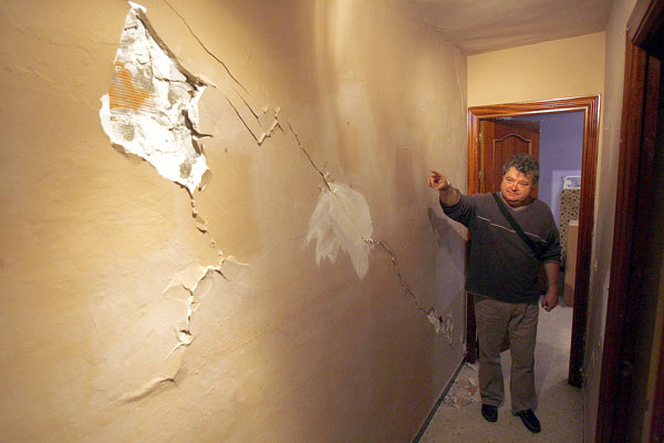 Un vecino muestra las grietas en un inmueble del bloque. / Gregorio Barrera