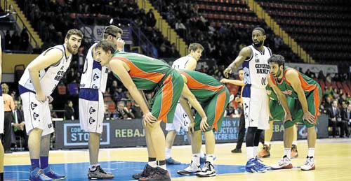 Los jugadores de Baloncesto Sevilla durante la preparación de una jugada en el último partido. / Inma Flores