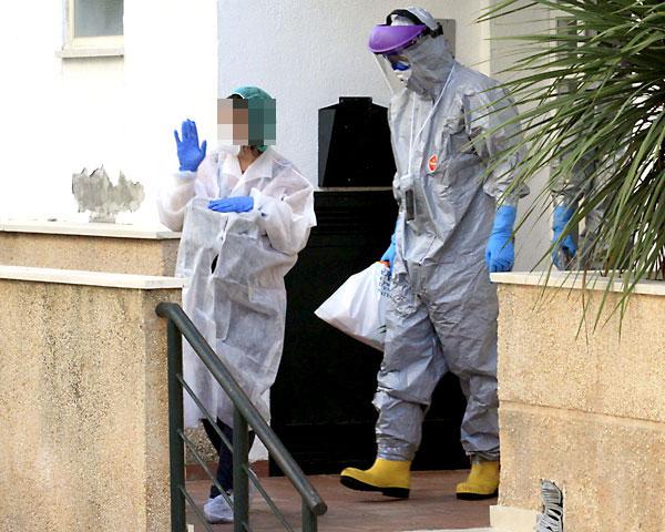 Traslado de la cooperante de Médicos sin Fronteras al hospital Virgen del Rocío, tras ser activado el protocolo contra el ébola. / Foto: José Luis Montero