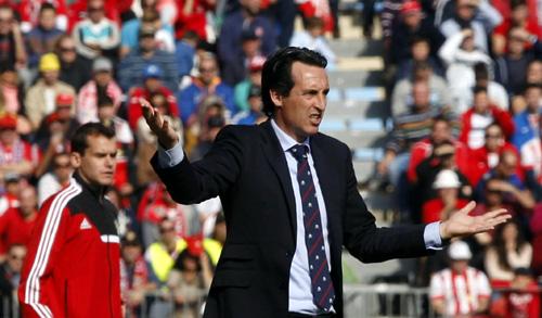 El entrenador del Sevilla, Unai Emery, durante el encuentro de la vigésima jornada de Liga de Primera División que se esta disputando esta mañana en el estadio de los juegos Mediterraneos de Almería . EFE/Carlos Barba