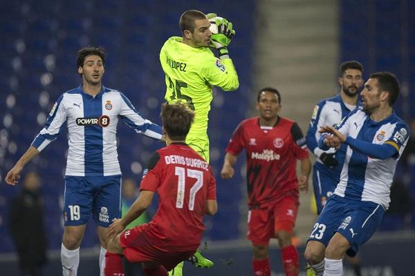 Pau López atrapa el balón ante Denis (EFE)