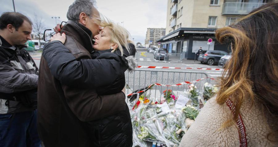 Abrazos delante del supermercado judío atacado este viernes en París. / EFE