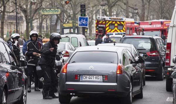 """La policía bloquea las calles próximas a las oficinas del semanario satírico francés """"Charlie Hebdo""""."""