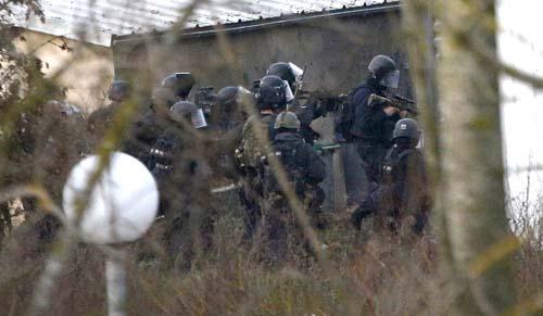 Agentes del Grupo de Intervención de la Gendarmería Nacional, durante el asalto a la imprenta donde se encontraban los terroristas. / EFE