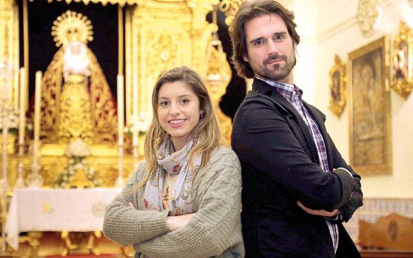 María G. Peralta y Roberto Ponte, creadores de Naipes Cofrades, ante la Virgen de la Estrella en Triana. / José Luis Montero