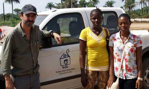 Miguel Serrano, con Hawwa y Mariama en Sierra Leona para recogerlas antes de iniciar su beca. / Todos son inocentes
