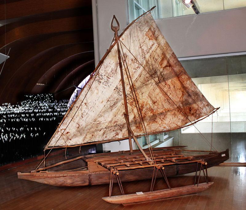 La canoa de las islas Fiji en su nueva ubicación. / El Correo