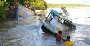 REANUDAN LA BÚSQUEDA DE CUATRO DESAPARECIDOS EN NAUFRAGIO EN LA SELVA PERUANA