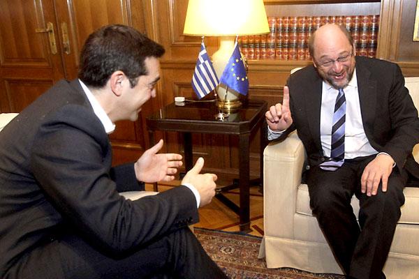 El nuevo primer ministro griego, Alexis Tsipras, conversa con el presidente del Parlamento Europeo, Martin Schulz (d). / EFE