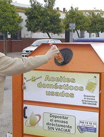 Un contenedor de aceite usado. / EFE