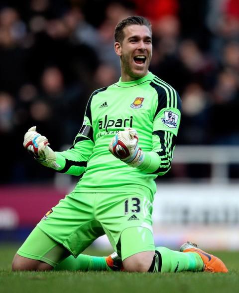 Adrián celebra un triunfo del West Ham.
