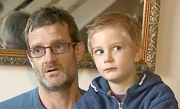 Alex Nash junto a su padre, Derek Nash. / El Correo