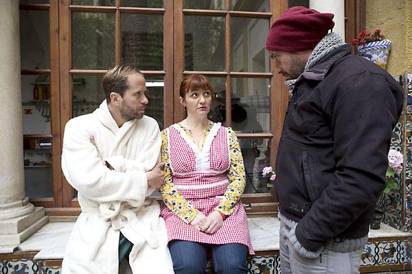 Los actores, enfundados algunos de ellos en albornoces, ensayando una escena.  / Pepo Herrera