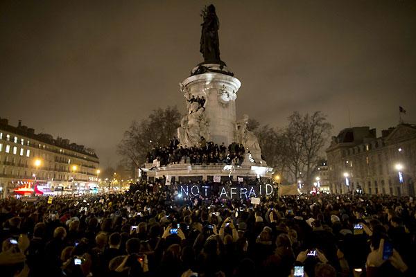 Miles de personas asisten a una vigilia hoy, miércoles 7 de enero de 2015, en Place de la Republique, centro de París (Francia). / EFE
