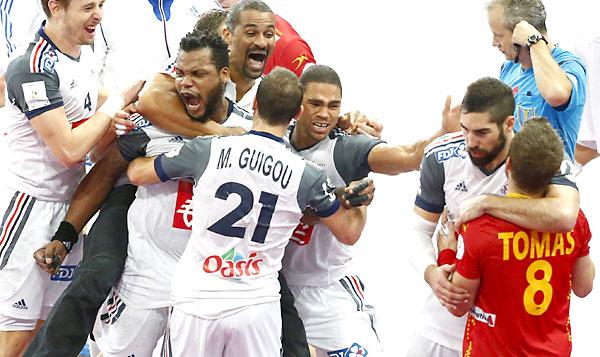Los jugadores de la selección francesa de balonmano celebran la victoria. / EFE