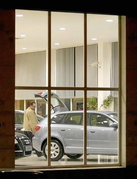 Un cliente observa los modelos en un concesionario de la capital hispalense. / DAVID ESTRADA
