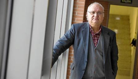 El profesor Antonio Checa, en los pasillos de la Facultad de Comunicación. / Carlos Hernández