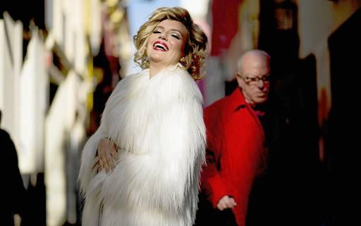 La actriz Paz de Alarcón, en plan Marilyn en plena calle Cuna. / Pepo Herrera