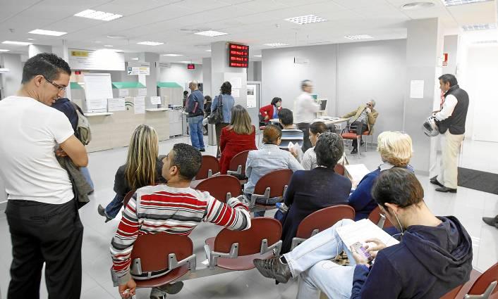 Un grupo de personas espera para realizar trámites en una oficina del Servicio Andaluz de Empleo en el barrio de Triana. / JAVIER CUESTA