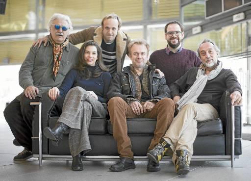 Mario Gas, a la izquierda, junto a buena parte de un elenco que se subirá al escenario viernes y sábado. / Pepo Herrera