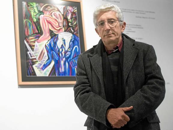 El poeta y pintor cubano José Pérez Olivares, junto a una de sus obras expuestas en el Cicus. / J. M. Paisano