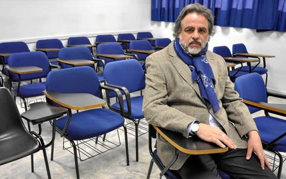 Javier Sánchez Menéndez, director general de Ecoem, en una de las clases de su centro de formación en Sevilla.  / MANUEL GÓMEZ