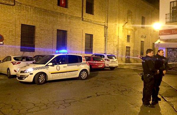 Policía Local en el entorno de la calle Dueñas esta noche. / @JoseLuisLosa (Twitter)