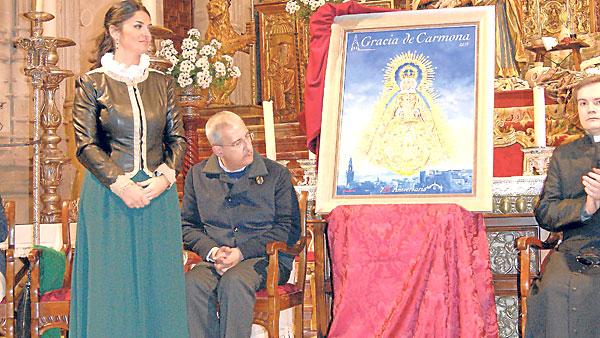 La artista local Nuria Barrera desveló el lienzo conmemorativo de estos 725 años de hallazgo. / E. G.