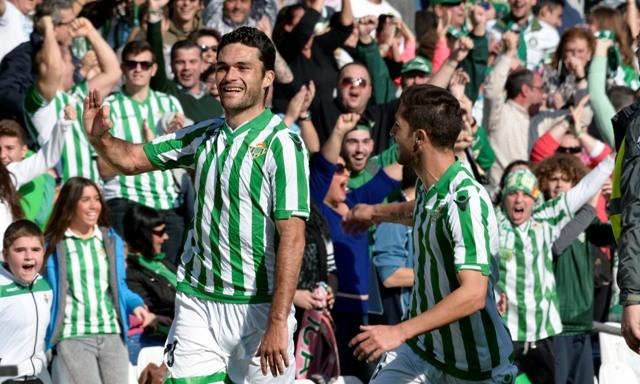 Jorge Molina celebra un gol en el Betis-Tenerife. Detrás, los béticos en plena alegría / Foto: Manuel Gómez