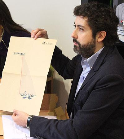 Tomas Soriano, ganador del Concurso de Ideas para el Diseño e imagen de la temporada cultural del CICUS, muestra parte del proyecto Art&Kraft . / El Correo