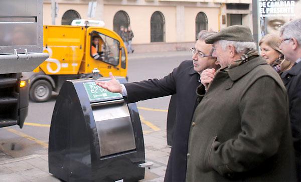 El alcalde de Sevilla, Juan Ignacio Zoido, en la presentación de los contenedores. / Fernando Ruso - Ayuntamiento de Sevilla