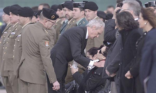 El ministro de Defensa, Pedro Morenés, da el pésame a la familia del cabo Francisco Javier Soria Toledo. / EFE