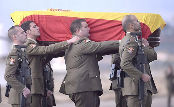 Compañeros del cabo Francisco Javier Soria Toledo, fallecido ayer en el Líbano, portan el féretro con sus restos mortales a su llegada al aeropuerto de Córdoba. / EFE