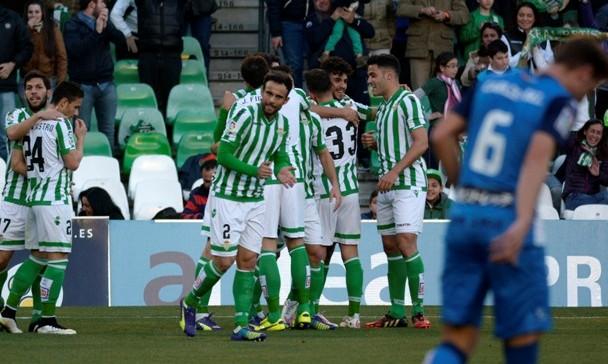 Los jugadores del Betis celebran uno de sus dos goles ante el Sabadell / Foto: Manuel Gómez