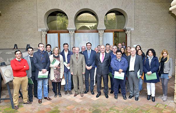 El delegado del Gobierno andaluz en Sevilla, Francisco Javier  Fernández, junto al presidenta de la Diputación, Fernando Rodríguez  Villalobos, ha entregado este viernes los nuevos planes de emergencia a 24 municipios. / El Correo