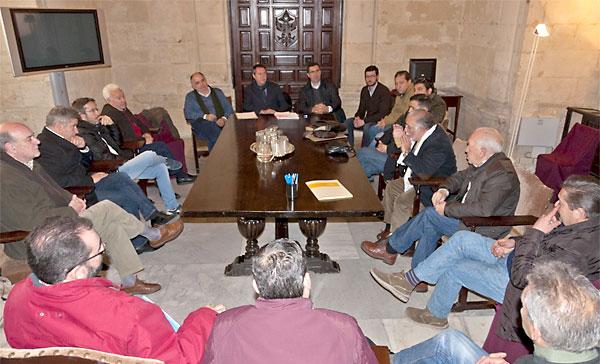 El socialista Juan Espadas en una reunión con el colectivo. / El Correo