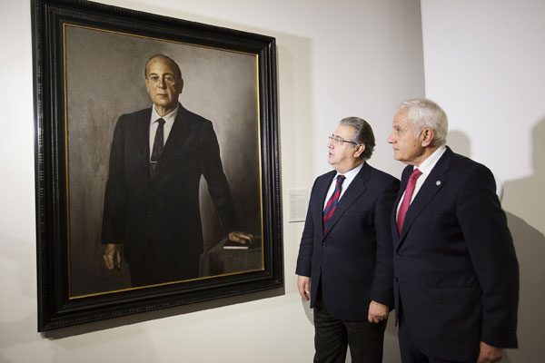 Juan Ignacio Zoido y Antonio Pascual ante el retrato de Fernando Ybarra, obra de Pedro de Oriol.