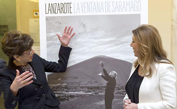 La presidenta de la Junta de Andalucía, Susana Díaz, junto a la presidenta de la Fundación José Saramago y su viuda, Pilar del Rio (i), conversan ante el cartel de la exposición. / EFE