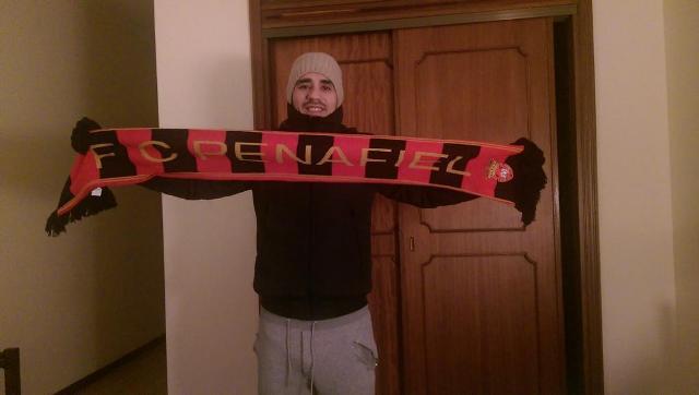 Ezequiel posa con una bufanda de su nuevo equipo / Twitter de Ezequiel