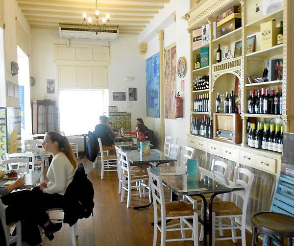 El interior de La Cocinilla, un local que conserva la solera de la tradición trianera. / J.C.