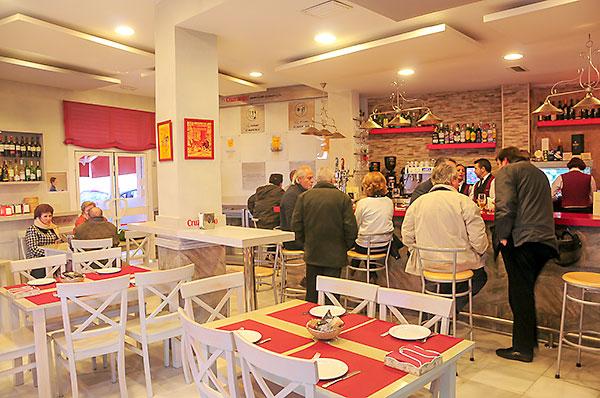 Interior del bar Rafael, con su barra y su cuidada decoración. / Manosalbas