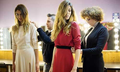 Las modelos Emily Gomes yDulce Casado, peinadas y maquilladas por Rosa Hidalgo, mientras son arregladas por el diseñador Felipe Duque y la directora de Mmexpression, Manuela Montes. / Fotos: PEPO HERRERA.