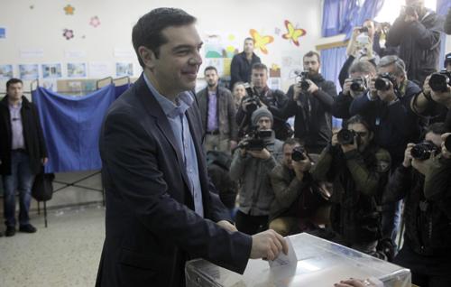 El presidente del Eurogrupo, Jeroen Dijsselbloem (i), junto al ministro de Finanzas griego, Yanis Varufakis (d), durante una rueda de prensa celebrada tras su reunión en Atenas (Grecia). / EFE