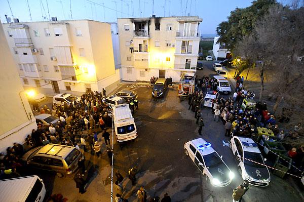 Decenas de personas se agolpan junto a la vivienda incendiada. / EFE