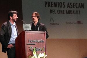 El director Alberto Rodríguez recoge su premio del Cine Andaluz.