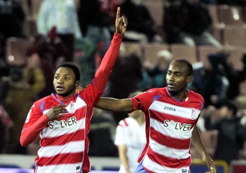 El delantero del Granada Lass Bangoura celebra con Dimitri Foulquier, un gol. EFE/Miguel Ángel Molina